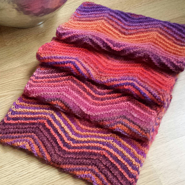 All Free Patterns Knitting : Knitting Patterns Galore - Chevrons All Round Cowl
