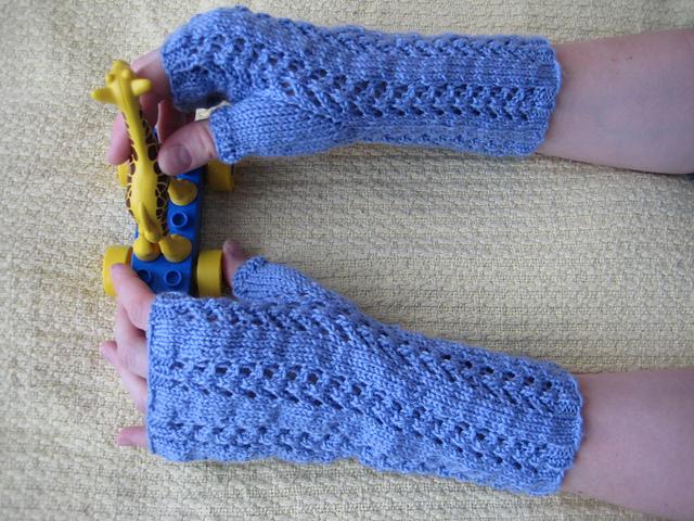 Knitting Patterns Galore - Little Arrowhead Fingerless Gloves